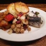54216089 - 本日のタパス3種盛り 左から野菜のトマト煮、豆のサラダクミン風味、イワシのコンフィ
