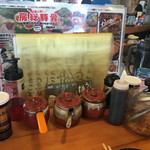 房総豚骨ラーメン こてメン堂 - コショウ、にんにく、辛子高菜、紅生姜、タレ、もやし