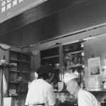 もつ煮 太郎 - カウンター越しの厨房