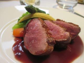 レストラン・セン - 桜チップで燻製をかけた鴨胸肉のロースト、温野菜と赤ワインソース
