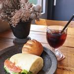 54232487 - 海老アボカドのサンドイッチと紅茶のヴィエノワ、Unirのアイスコーヒー