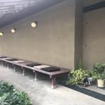 箱根麦神 - 外にはベンチが