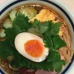 神名備 - 涼麺を真上から。玉子は半熟玉子が半分と厚焼玉子も乗っています。