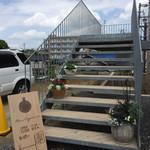 ヘッソ オルガニカ - この階段を上がって店内へ