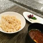 ホテルオークラレストラン 鉄板焼き さざんか - ガーリックライスと味噌わん、香の物