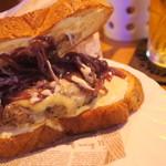 ワンオーワン カフェアンドバー - 中はチーズたっぷり