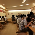 山本屋本店 - ランチタイム、店内はサラリーマンが多い
