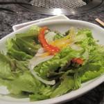 焼肉チャンピオン - コースの最初はサラダから、韓国の子が言うには焼肉は日本の方が美味しいそうです。