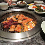 焼肉チャンピオン - 焼肉は無煙ロースターで焼くんで焼肉の煙の臭いも気になりませんよね。