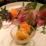 魚呑 - 刺し身5点盛り(メジマグロ・シマアジ・しめ鯖~イサキコブシメ&生うにを選択