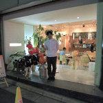 イエローカンパニー - どう見てもカフェの入口。モデルはDJKHさん。