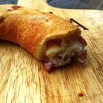 54255383 - チーズベーコンは中にチーズを入れている。