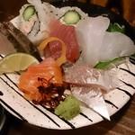 立ち飲み じんべえ - 刺身盛り合わせ。サーモンは富士山サーモン。美味。