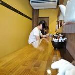 立石担担麺 火のき - 店内カウンター席