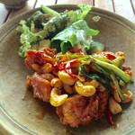 地元産天然お魚とアジアごはん アイワナドゥ 岩戸 - ランチセットのルントンガイ(鶏肉とナッツの炒め物)