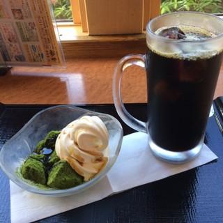 孝楽  - アイスコーヒーと抹茶わらび餅ソフト。 アイスコーヒーは税込180円で抹茶わらび餅ソフトは税込400円。 美味し。