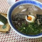桂仙 - 料理写真:ラーメン(600円)おにぎり2個(220円)