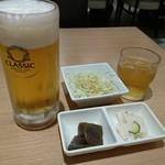 吾照里 - いきなり出される韓国小皿とサラダ 後からビール