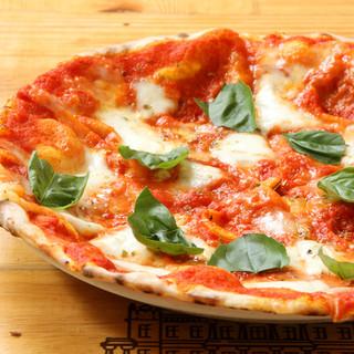 ピザ生地は毎日手ごね。一枚一枚石窯で丁寧に焼き上げています。