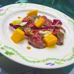 チンギアーレ - 和牛もものたたき スパイシーなマンゴー 4種チーズのソース/季節のコースより