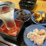 小料理 智香 - お通しは日替わりです。この日は、魚の胃袋の酒炒り・鯨のやまと煮・うなぎの蒲焼。全て手作りです。