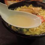 琉の介 - 沖縄そばのスープ