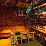 東京焼酎&梅酒bar GEN&MATERIAL - テーブルで友達とワイワイ楽しくもよし