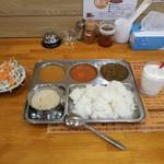 ルンビニ カリーハウス - 自分で盛りました。キーマカリー(左)・アルーシーフードカリー(中)・アルーパラク(右)・ホワイトスープ(左下)をライスで。他に食べ放題のサラダと、ラッシーが1杯付きます。