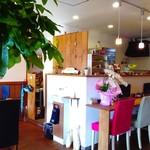 カフェ アオソラ - 1階はカウンター席11席、テーブル席が2つあり、喫茶店のような落ち着いた空間になっています。