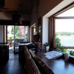 風 - 店内の窓向きカウンター席と奥のテーブル席