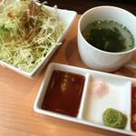焼肉Gyudo! - サラダとわかめスープ。
