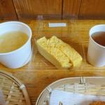 しゃり工房 - 朝食例(玉子焼きとサービスの味噌汁&お茶)
