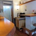 麺屋じゃらじゃら堂 - 厨房を囲むカウンター席がメインですが、テーブル席もあります。