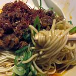 麺屋じゃらじゃら堂 - 肉味噌とネギがたっぷり。麺は博多ラーメンみたいなストレート細麺です。
