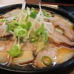 馬鹿盛ぽんぽこ - メインの豚バラのバカ旨煮は豚バラの煮込みの中央に生卵を落としたボリュームたっぷりの旨煮でした。