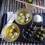 宇治川餅 - 茶団子、マスカット大福、蜜で食べるとろろろわらび餅
