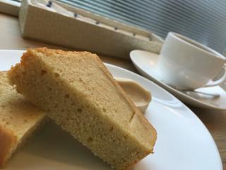 ヤワタ+コーヒー - レモンと白ケシのパウンドケーキ 豆乳クリーム添え  白ケシってなんだろうーって思いながら食べてた