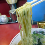 おんがラーメン - 豚骨ラーメンの麺はストレート細麺