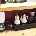 七福餃子楼 - 卓上の調味料たち
