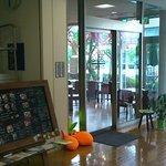 オッコ ベーグル - 図書館内の入り口