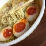 54362787 - 那須御養卵の味玉はデフォで半身入っているので、トッピングすると半身が3個入る。