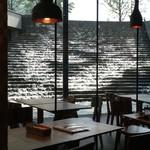 ラ テラス カフェ エ デセール - 店内から、水が流れ落ちる階段が見えるのも楽しい。