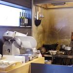 捏製作所 - 厨房入り口付近