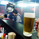 炭火焼鳥わいわい - カウンター越しに焼き場スタッフと会話を楽しみながら生ビールで乾杯!