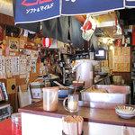 まめ狸 - 昔ながらのカウンター席がある、ちょい呑みにふさわしい店内。