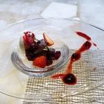 フレンチごはん 西麻布GINA - 濃厚なガトーショコラ、バニラアイス、ベリーのソース