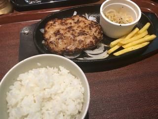 箸で食べるあつあつ鉄皿ハンバーグとカレーのお店