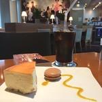 News Art Cafe - チーズケーキとアイスコーヒーのセット☆1000円\(^o^)/ パークホテル東京(共同通信ビル)1階のカフェでは、タテルヨシノのケーキセットが15時から登場します♪ 読書灯もありがたいですね*\(^o^)/*
