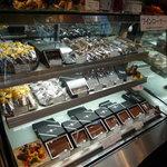 Toshi Yoroizuka - ケーキのショーケースの隣にはチョコがいっぱい☆