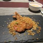 54413947 - 魚料理は海老がパン粉を使ってサクサクに炒めてありました、これには手を使って食べるんでフィンガーボールがセットになってました